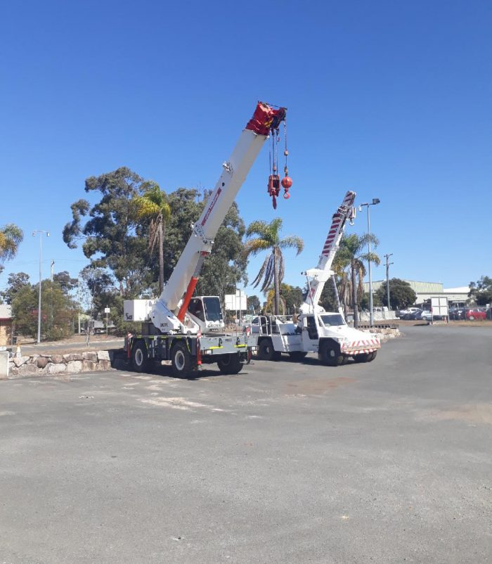 A photo of a mobile diesel crane
